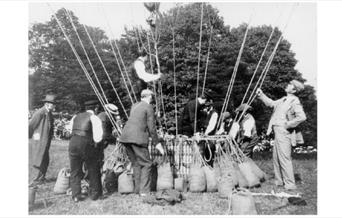 Photo Arthur Conan Doyle testing the ropes of a hot air balloon
