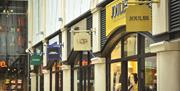 Image of an Avenue of stores at Gunwharf Quays