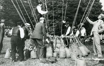 Photograph of Arthur Conan Doyle and a hot air balloon