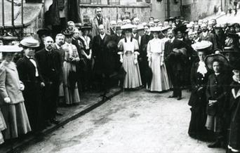 Photograph of Arthur Conan Doyle unveiling memorial